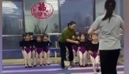 """長春:萌娃走秀""""搖頭晃腦""""  姿態逗樂網友"""