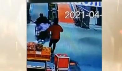 超暖!  两位女员工用身体为轮椅老人当刹车