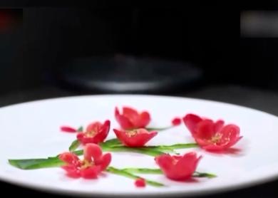 女子做创意菜品  网友:藏在菜品里的诗情画意
